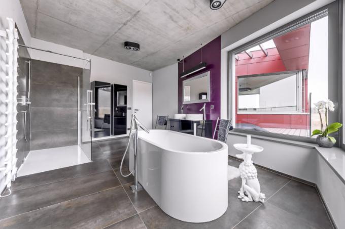 Hlavní koupelna v patře je vybavena vanou (Kaldewei) ze smaltované oceli i sprchovým koutem a dvěma umyvadly (Duravit) v designu Philippa Starcka, který je také autorem baterií ze série Axor Organic (Hansgrohe)