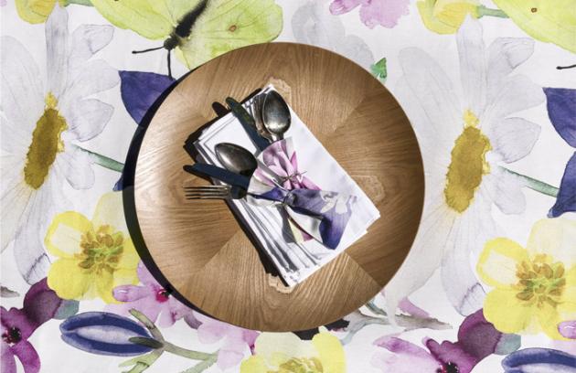 Ubrus Kesäniitty, růžový, 100% bavlna, 145 x 250 cm, cena 2 170 Kč, tác Ava, laminovaná vrbová překližka, O 41 cm, cena 999 Kč