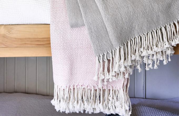 Deka Loimi, růžová a šedá, 100% bavlna, 130 x 170 cm, cena 2 149 Kč