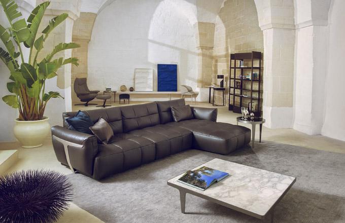 """HERMAN Novinka a favoritka zaujala na první pohled stylovými """"křídly"""", jež podpírají zadní a boční části sofa."""