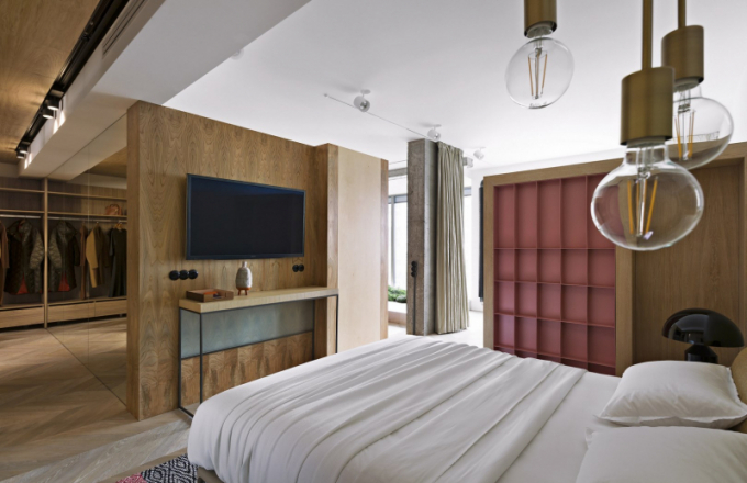 Také v ložnici je využita ideální kombinace velkoplošného nábytku, který v tomto případě vytváří pomyslné oddělující příčky, a solitérních kusů (B B Italia), dekorativní koberec s akcentujícím odstínem růžové (Designers Guild)