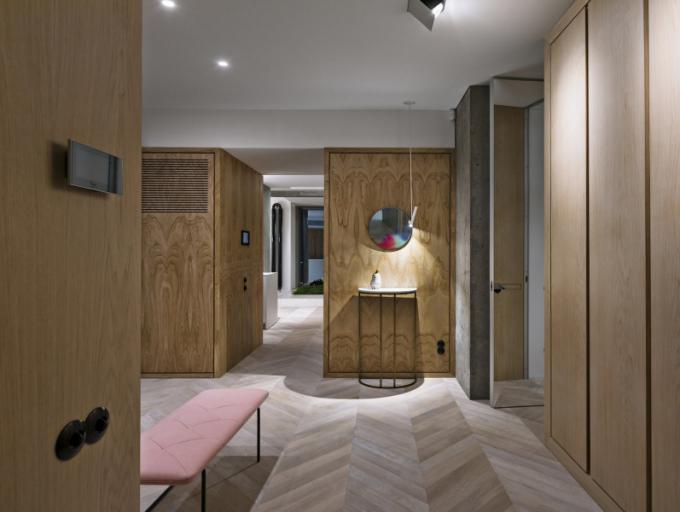 Vstupní hala autenticky reprezentuje designérský zážitek, který může každý nově příchozí získat při samotném vstupu do obytné zóny. Vše lze uklidit, uložit a uzavřít – maximálně praktické úložné prostory zajišťují systém a pořádek napříč bytem