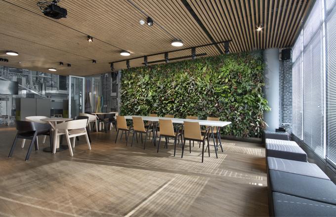 V kavárnách, restauracích a rozlehlých kancelářích působí vertikální zahrady velmi efektivně a navíc snižují hluk. Květiny příjemně dokreslí každý prostor, od moderních prosklených budov, až po venkovská stavení.