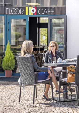 Kavárna Floor Café je jedinečný koncept, který umožňuje spojit příjemné s užitečným.
