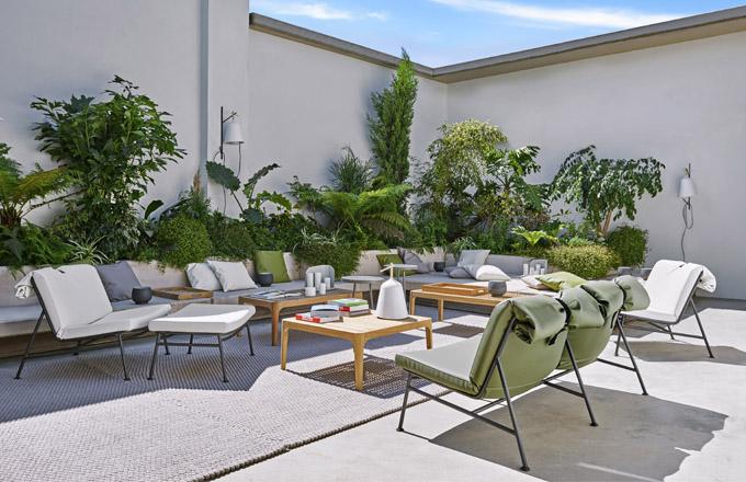 Dřevěné stolky Elisabeth (Ligne Roset), design Nathan Young, teakové dřevo, ceny: lavice 36 992 Kč, obdélníkový stůl Low 18 768 Kč, čtvercový stůl 19 380 Kč, WWW.LIGNE-ROSET.CZ
