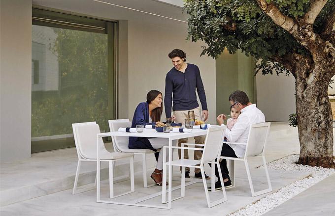 Stůl a židle z kolekce Blau (Gandía Blasco), design Fran Silvestre, hliník a voděodolná textilie, ve více barvách i rozměrech, ceny: židle od 26 100 Kč, stůl od 42 470 Kč, WWW.ONESPACE.CZ