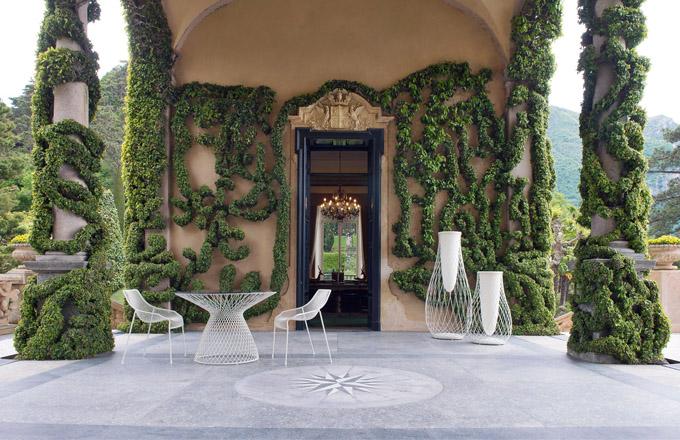 Zahradní nábytek kolekce Heaven (Emu), design Jean-Marie Massaud, lakovaný kov, ceny: židle 6 988 Kč, stůl 8 319 Kč, váza nízká 19 299 Kč, váza vysoká 23 625 Kč, WWW.DESIGNBUY.CZ