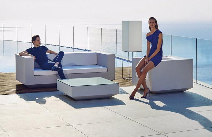 Nábytek z kolekce Vela (Vondom), design Ramón Esteve, polyetylen, ceny: křeslo od 34 000 Kč, dvojsed od 50 300 Kč, WWW.LINO.CZ