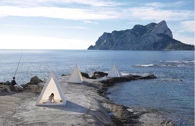 Stan Tipi (Gandía Blasco), design José Gandía Blasco, hliník a voděodolná textilie, různé rozměry, cena od 69 200 Kč, WWW.ONESPACE.CZ