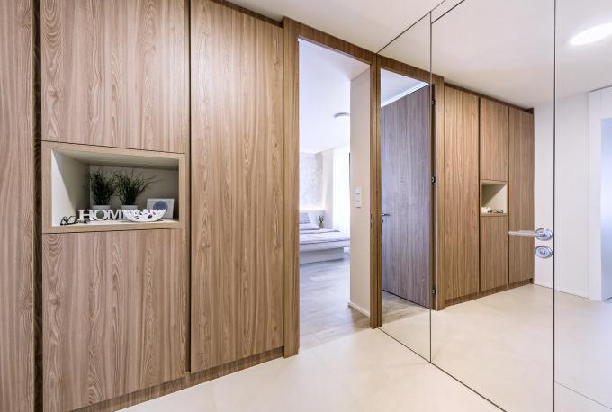 Veškerý velkoplošný nábytek v interiéru je vyrobený na míru v truhlářské dílně studia de.fakto