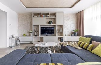 Hra s velkými plochami a s nepřímým osvětlením jsou doménou tohoto interiéru. Architekt pracoval s laminátem ve třech dekorech dřeva, z čehož vyniká struktura méně tradičního tmavého a světlého jilmu doplněného o strukturovanou dekorativní výmalbu. Velkou výhodou tohoto typu výmalby oproti benátskému štuku je možnost lokální opravy