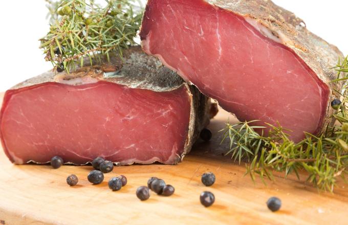Al Maso dello Speck je legenda mezi italskými produkty pocházející z malebného údolí Valle di Fiemme. Rodinná firma Tito Speck and traditione se specializuje na tradiční ruční výrobu masných výrobků. Vlastní chov hovězího dobytka s důrazem na péči o zvířata dodává specku jedinečnou a nezaměnitelnou chuť umocněnou zráním na čerstvém horském vzduchu.