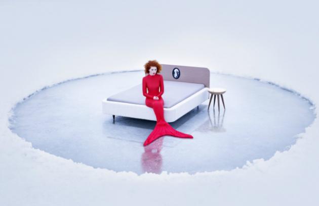 Postel Audrey představuje součást Dámské ložnice Audrey a zahrnuje i noční stolek, toaletní stolek, kolekci zrcátek a komodu. O pohodlí a ergonomickém hledisku netřeba polemizovat. Její náruč by měla člověka bezpečně obejmout a zpříjemnit konec každého dne. Je zhotovena z laťovky, pruhované dýhy, bukového masivu a čalouněna textilií. V čele postele je umístěno svatební foto v rámečku jako důkaz věčné lásky.