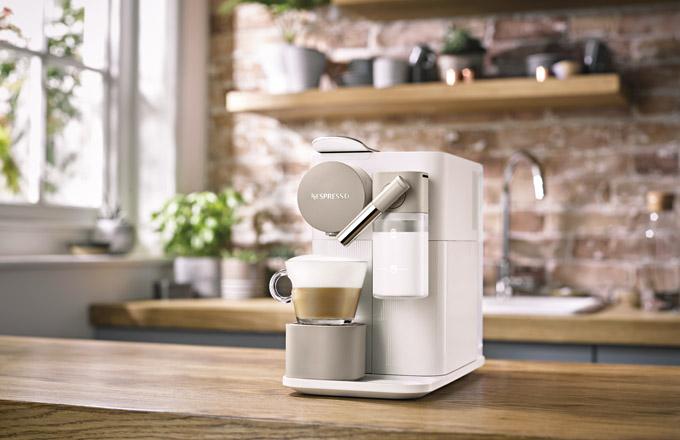 Kapslový kávovar Latissima One (Nespresso), dostupný v bílé a béžové barvě, cena 6 490 Kč, www.nespresso.com