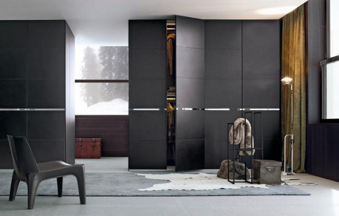 Šatní skříň Bangkok s posuvnými dveřmi (Poliform), design Opera Design, dvířka čalouněná kůží se sofistikovanými integrovanými kovovými rukojeťmi, cena od 400 000 Kč, WWW. SYMERSKY. CZ