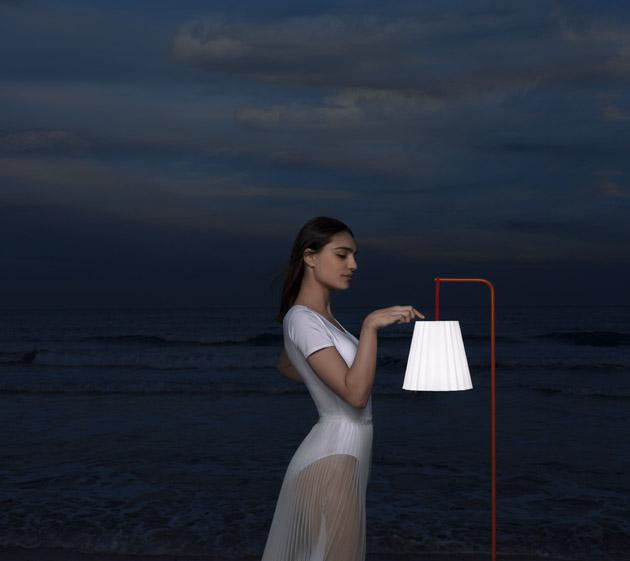 Plisy (Diabla), design Alejandra Gandía-Blasco Lloret, přenosná bezdrátová lampa zavěšená na samostatné přenosné konstrukci, cena na dotaz, WWW. ONESPACE. CZ
