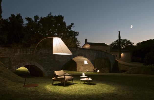 Kolekce Cone (Emu), design Chiaramonte – Marin, syntetická textilie a ocel, stojací lampa, výška 271 cm, cena 68 955 Kč, stolní lampa, výška 22 cm, cena 8 935 Kč, WWW. LINO. CZ