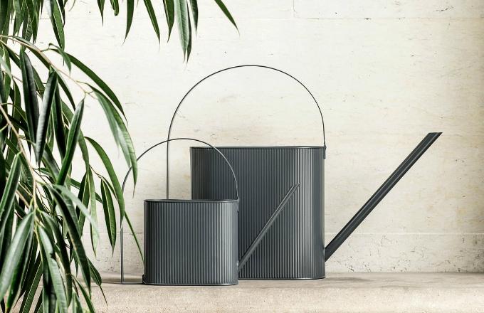 Konev na zalévání Bau (Ferm Living) udělá zahradníka i z toho, komu dosud nepřežil ani kaktus. Je totiž tak půvabná, že na zalévání s ní jen tak nezapomenete. Geometrické linie jsou inspirovány hnutím Bauhaus, současný vzhled jim dodává surový průmyslový materiál – galvanizovaná ocel zdobená jemnými drážkami. Konev je k dispozici v několika velikostech a barevných provedeních. Cena od 1 460 Kč, WWW.DESIGNVILLE.CZ