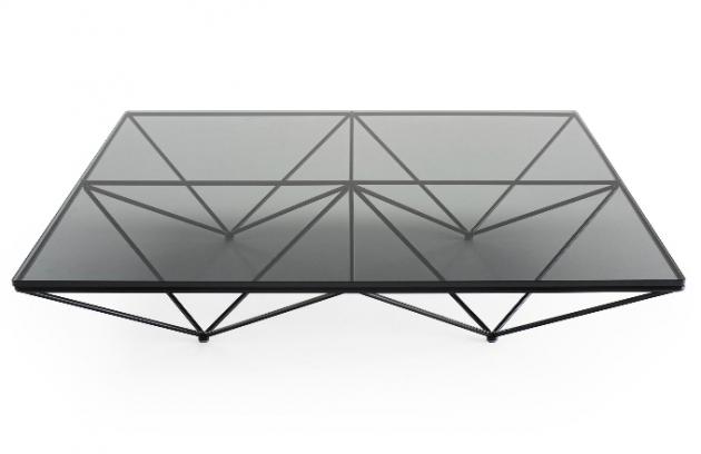 """Alanda vyniká konstrukcí z lakované oceli, která prý """"má připomínat skupinu převrácených pyramid, tedy magických objektů zachycujících a zesilujících kosmickou energii"""". Aktuální verze Alanda ´18 je dostupná v rozměrech 120 × 120 cm a 120 × 180 cm s deskou z čirého nebo kouřového skla. Cena od 51 300 Kč, WWW. KONSEPTI. COM"""