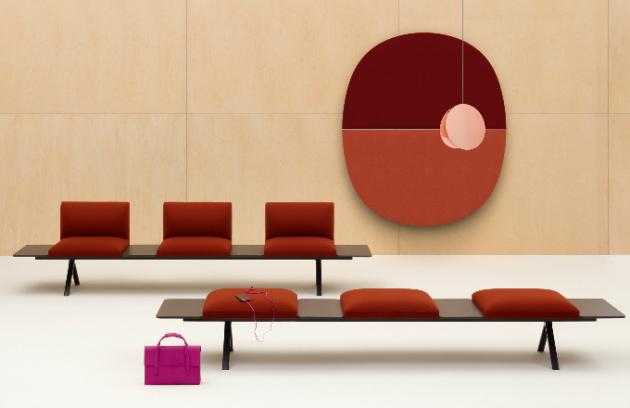 Optimální konstelaci pro setkání, odpočinek i práci lze jednoduše sestavit z extrémně variabilní kolekce modulárního nábytku Kiik (Arper). Trojúhelníky, kruhy, čtverce i obdélníky v mnoha barevných provedeních, s opěrkami nebo bez včetně odkládacích stolků v různých výškách je možné nahodile kombinovat, a dosáhnout tak dynamického efektu, nebo s jejich pomocí vytvořit symetrické vzory z opakujících se forem. Design Iwasaki Design Studio, cena za lavici se šesti sedáky 109 720 Kč, WWW.LINO.CZ