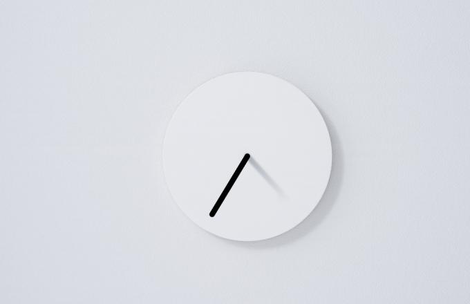 Výstava Fictionality představila během milánského týdne designu nové produkty mladého tokijského studia YOY, proslulého svým experimentálním přístupem, při němž neváhají využívat optických iluzí a dalších nevinných kouzel. Například hodiny Sundial vycházejí z principu slunečních hodin. Minutová ručička nijak nevybočuje z normálu, zato ta hodinová je jen pouhým stínem... Materiál ABS, průměr 25 cm. Cena na dotaz, WWW. YOY-IDEA. JP