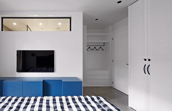 Součástí ložnice je koupelna se sprchovým koutem. Průhled pod stropem do koupelny přivádí dostatek denního světla