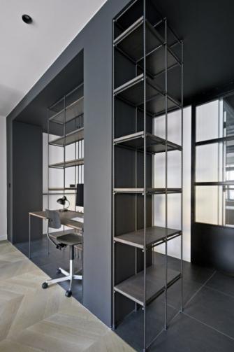 Základní konstrukci knihovny s vestavěným pracovním stolem tvoří klasické roxory