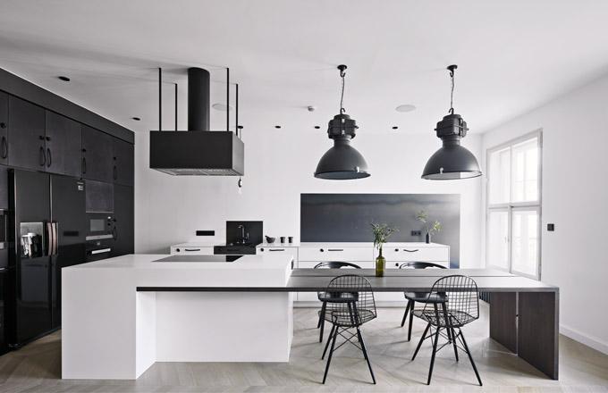 Veškerý úložný nábytek včetně kuchyně byl vyroben na míru potřebám investorů a možnostem interiéru