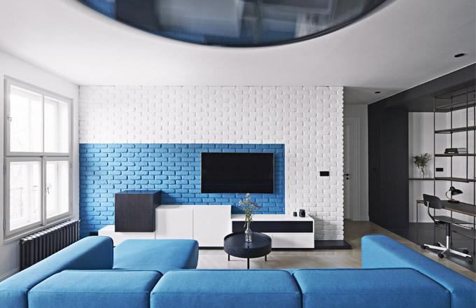 Špaletová okna, litinová otopná tělesa, obložkové profilované dveře nebo dřevěné parkety vyskládané ve francouzském stylu připomínají původ stavby. Dispoziční řešení a výběr nábytku přitom zcela odpovídají současným nárokům