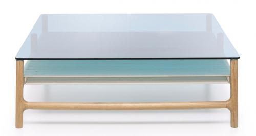 Konferenční stolek Fawn 90 (Gazzda), design Salih Teskeredžić, masivní dub a tvrzené sklo, 120 × 60 cm, cena 15 924 Kč, WWW. LINO. CZ