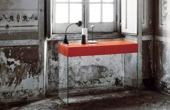 Konzolový stolek Float (Glas Italia), design Patrick Norguet, lakované sklo 12 mm, 122 × 45,5 × 90 cm, cena 56 610 Kč, WWW. GLASITALIA. COM
