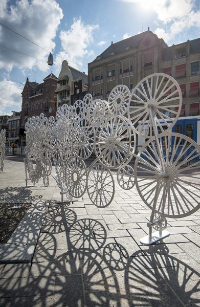 Bicycloud rozprostírající se přes 100 metrů je navržený jako parametrický oblak cyklistických kol a diamantů jako odkaz na ikony Amsterdamu.