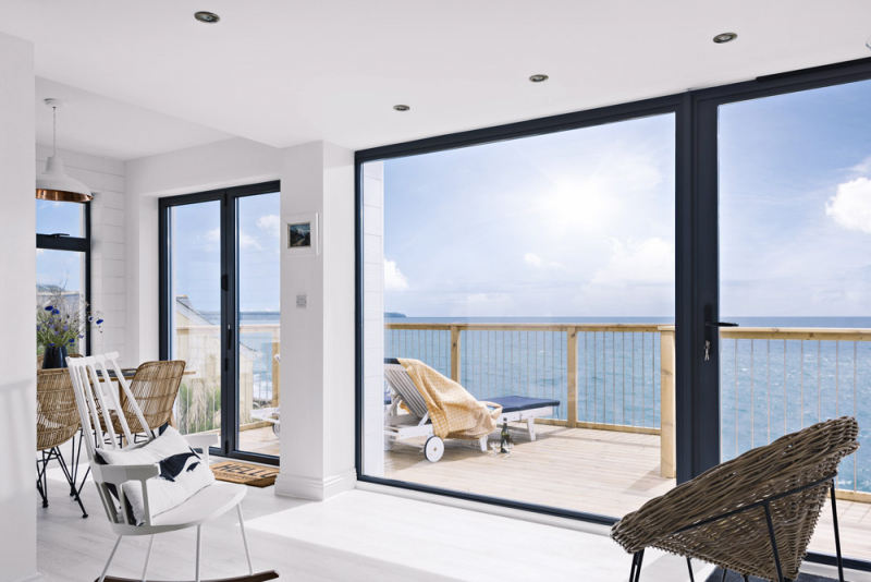 Původní okna nahradily velké skleněné plochy, které ve všech místnostech poskytují dokonalý výhled na oceán a okolní útesy