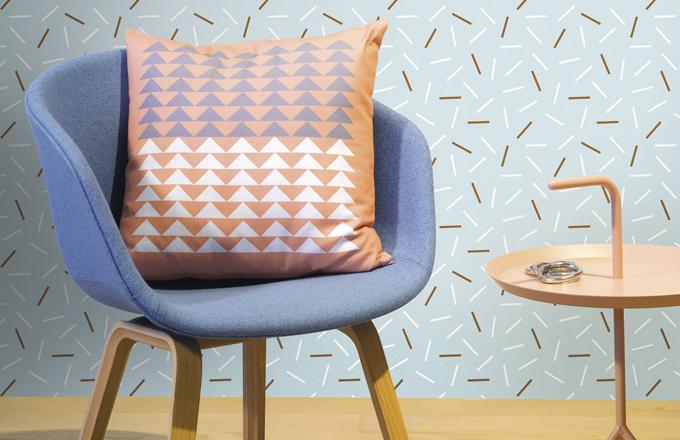 lVe více barvách se vyrábí vliesová tapeta Matches, 1 000 × 53 cm, cena 220 Kč, www.lavmi.cz