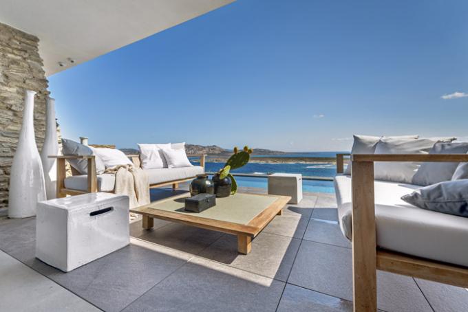 Z důvodu optimálního propojení barev a materiálů vně domu i v interiéru je na obou terasách umístěn venkovní teakový nábytek ze série Inout (Gervasoni). Doplněn je keramickými prvky ve formě odkládacích keramických stolků