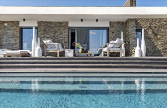 Skalnatý útes nad mořem okouzlil majitele natolik, že se rozhodli pro koupi obou polovin starého dvojdomku. S přáním propojit je, přistavět, celkově sjednotit a zrekonstruovat celý objekt se obrátili na architekta Martina Franka ze studia Deconcept.
