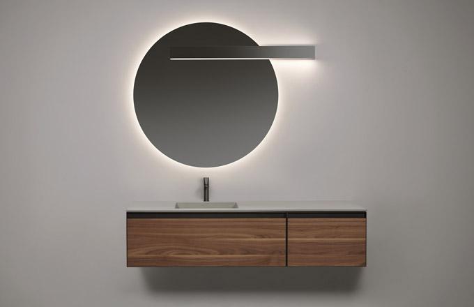 Lampa Lucente určená k instalaci na zrcadlo (Antonio Lupi), design AL Studio, hliník, šířka 45 až 216 cm, cena na dotaz, WWW. ANTONIOLUPI. IT