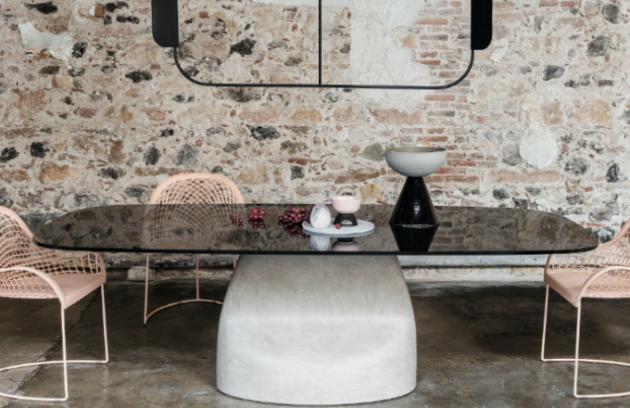 Jídelní stůl Gran Sasso (MIDJ) kombinuje okázalý vzhled ušlechtilých materiálů s neposlušně vyhlížející promáčklinou v konstrukci samotné základny. Kontrast umocňuje černobílé provedení. Design Andrea Lucatello. Základna ze speciálně upraveného polyuretanu nebo kartáčovaného betonu a lakované oceli, deska stolu z křišťálové keramiky, 220 x 116 cm a 250 x 120 cm.