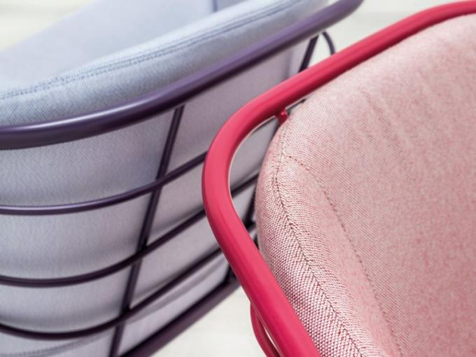 Až 336 barevných variací slibuje venkovní křeslo Skin (Trabà), které díky této variabilitě padne jako ulité i těm vybíravějším z nás. 24 sytých odstínů lakované kovové konstrukce lze kombinovat se 14 pastelovými odstíny polštářů tón v tónu, nebo si pohrát s kontrasty. Jisté je, že dohromady ladí úplně všechny. Design Giacomo Cattani, 81 x 72 x 69 cm. KONTAKT: TRABA, www.traba.it