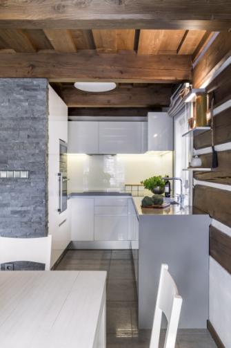 Kuchyň je zhotovena danému prostoru na míru z bíle lakované MDF podle návrhu architekta Braňa Krümmera. Je vybavena vestavnými troubami a varnou deskou Siemens, chladničkou s mrazničkou Liebherr a myčkou Miele. Dřez doplněný baterií Blanco je integrovaný do pracovní desky vyrobené z kompozitního materiálu. Nepřímé osvětlení zajišťuje stropní svítidlo Artemide