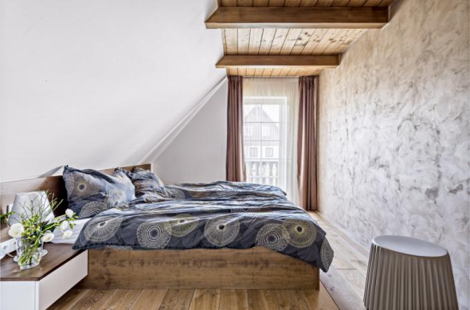 Ložnice dcery má jednu stěnu efektně ošetřenou speciální stěrkou. Nábytek je vyrobený na zakázku studiem 23 pm a plastový taburet dodalo studio Punto Design