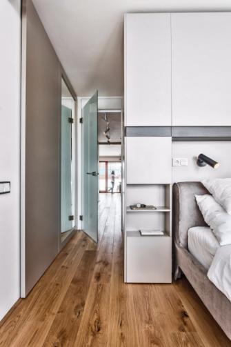 Vestavěný modul v ložnici odděluje místo na spaní a velkorysou šatnu