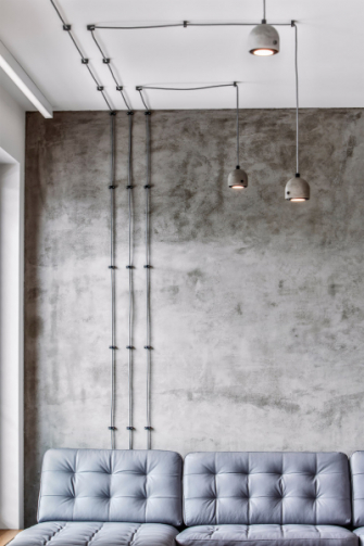 V obytném patře se majitelé chtěli vyhnout sádrokartonovým podhledům, v místech nového osvětlení jsou proto přiznány kabely jako jeden z motivů návrhu