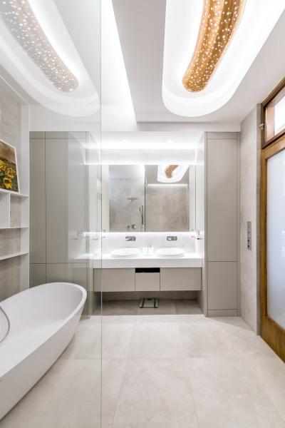 Stropní osvětlení housenkovitého tvaru bylo restaurováno a využito jako dominanta nejen v koupelně, ale v celém projektu. Bylo instalováno směrem na centrálu tak, aby vynikalo již při příchodu do bytu