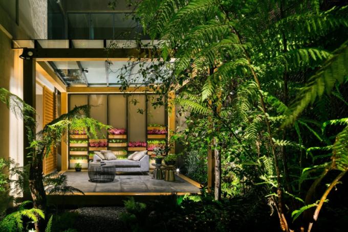 Na jihozápadě se nachází zahrada, která propojuje další místnosti. Má daleko intimnější charakter.Na jihozápadě se nachází zahrada, která propojuje další místnosti. Má daleko intimnější charakter.