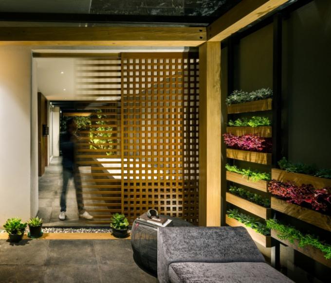 Venkovní uspořádání kopíruje paralelní design. Stěna probíhá podél osy, která obklopuje a rozděluje plochy na základě požadované činnosti.