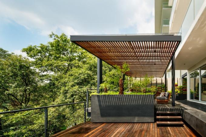 Severovýchodní část má dvě terasy spojené pergolou. Na jedné straně je obývací a jídelní prostor s vertikální zahradou. Druhá terasa je v bližším kontaktu s okolím.