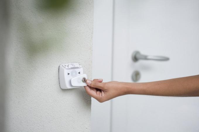 Motorický zámek je také velmi praktickým nástrojem, když pronajímáte nemovitost a chcete ji zpřístupnit na dálku a na omezenou dobu – díky čtečce čipů a PIN klávesnici totiž můžete na dálku vygenerovat a zaktivovat (či deaktivovat) PIN kód pro přístup do nemovitosti a zároveň nastavit jeho platnost. Nebo můžete využít offline klíčenky. V rámci jednoho účtu lze vlastnit až 20 čipů, karet či klíčenek, přičemž počet uživatelů účtu je rovněž 20.
