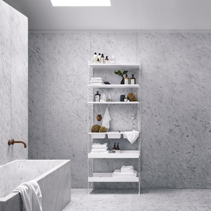 Koupelnový policový systém z ikonické kolekce String (String), design Nils Strinning, rám i police jsou z kovu upraveného práškovým lakováním, 200 × 78 × 30 cm, cena od 18 500 Kč, WWW. STRING. SE