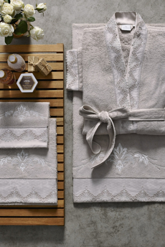 Kolekce koupelnového textilu včetně županu Acasia (Yves Delorme), 100% bavlna a hedvábí, cena županu od cca 8 990 Kč, cena osušky cca 1 590 Kč, WWW. UK. YVESDELORME. COM